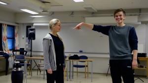 Det vert også litt tulling, fordi dei er artige folk, i følgje Jon Olav Sandal (til venstre, Sigrid Terøy Finnes). Foto: Mathea Myrene Stokke (frå videomateriale).