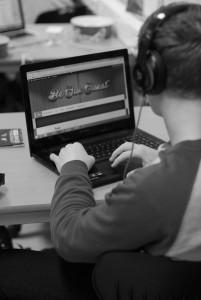 Jonas Holmen har ansvar for det tekniske ved nettsida til musikalen