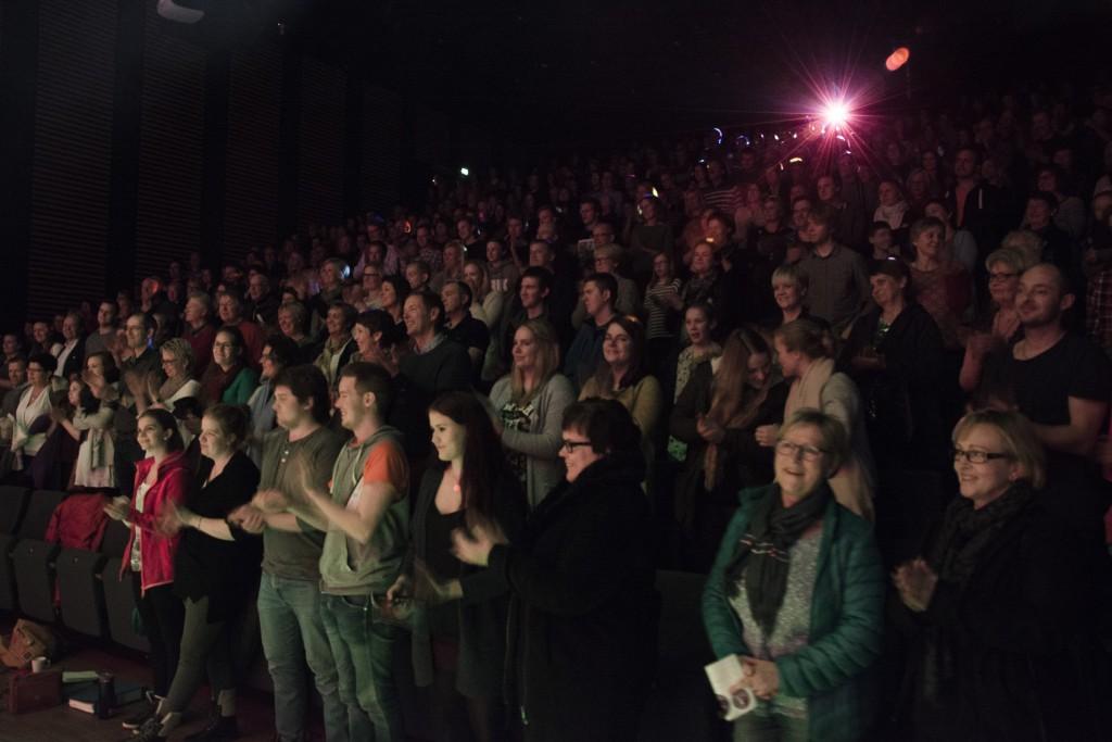 """Be Our Guest"" fekk ståande applaus frå eit fullsett Fosnavåg konserthus. Foto: Åge André Breivik"