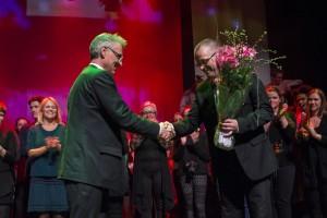 Prosjektleiar for musikklina, og musikalveteran, Kjetil Eiksund, fekk blomar frå Herøy-ordføraren. Foto: Åge André Breivik