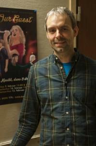 Jan Terje poserer ved årets musikalplakat