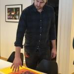 Knut Steinnes forklarar prosessen og påpeikar viktigheita av å ha arket riktig veg på ramma. Foto: Martine Leine Rafteseth