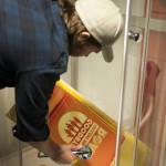 Ramma blir dusja, og malinga som ikkje har størkna forsvinn ned sluken. Brått held ramma sjablongen til årets logo! Foto: Martine Leine Rafteseth