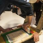 Håvard Krøvel-Velle hjelper gjerne til med å presse ramma i bordplata for eit beint resultat utan søl. Foto: Martine Leine Rafteseth