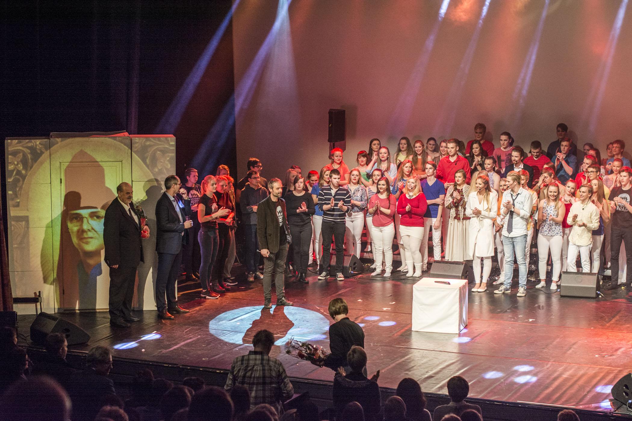 Volda-ordførar Jørgen Amdam (t.v.), rektor Trond Hjelseth, og rådmann Wenche Solheim i Ørsta (på veg opp trappa) ville takke alle som stod bak musikalen etter premieren. (Foto: Åge André Breivik)