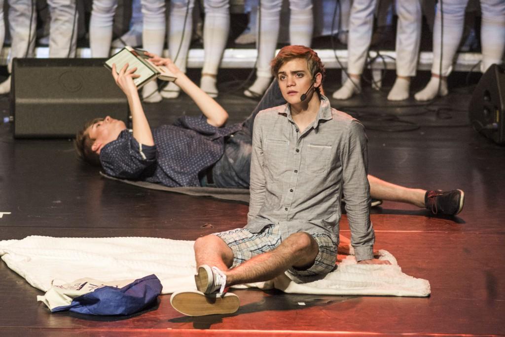 Ingen musikal utan statistar: - Premieren gjekk skremmande bra, seier Bernhard. Her er han ein av statistane på stranda i ei scene med Ivar Kvalsund Gjuvsland i musikalen.