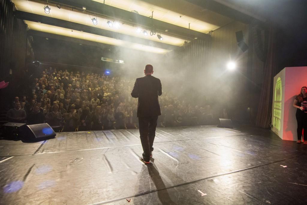 """Kjetil Eiksund på scena etter siste framsyning av """"Goodbye Yellow Brick Road"""". Foto: Åge André Breivik"""