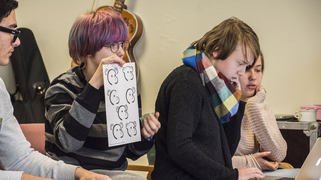 Chris Skjærvik viser fram ideane sine for dei involverte lærarane. Foto: Malin Nordby Kvamme