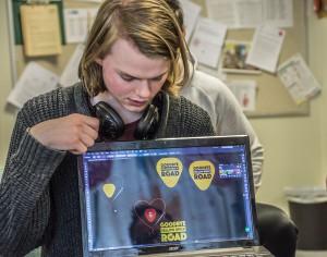 Sondre Riise Åm viser fram nokre av forslaga til logo. Foto: Malin Nordby Kvamme
