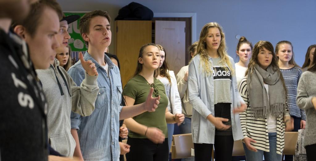 """Even Sævik (i blå skjorte) er med i koret i musikalen """"Goodbye Yellow Brick Road"""". Foto: Malin Nordby Kvamme"""