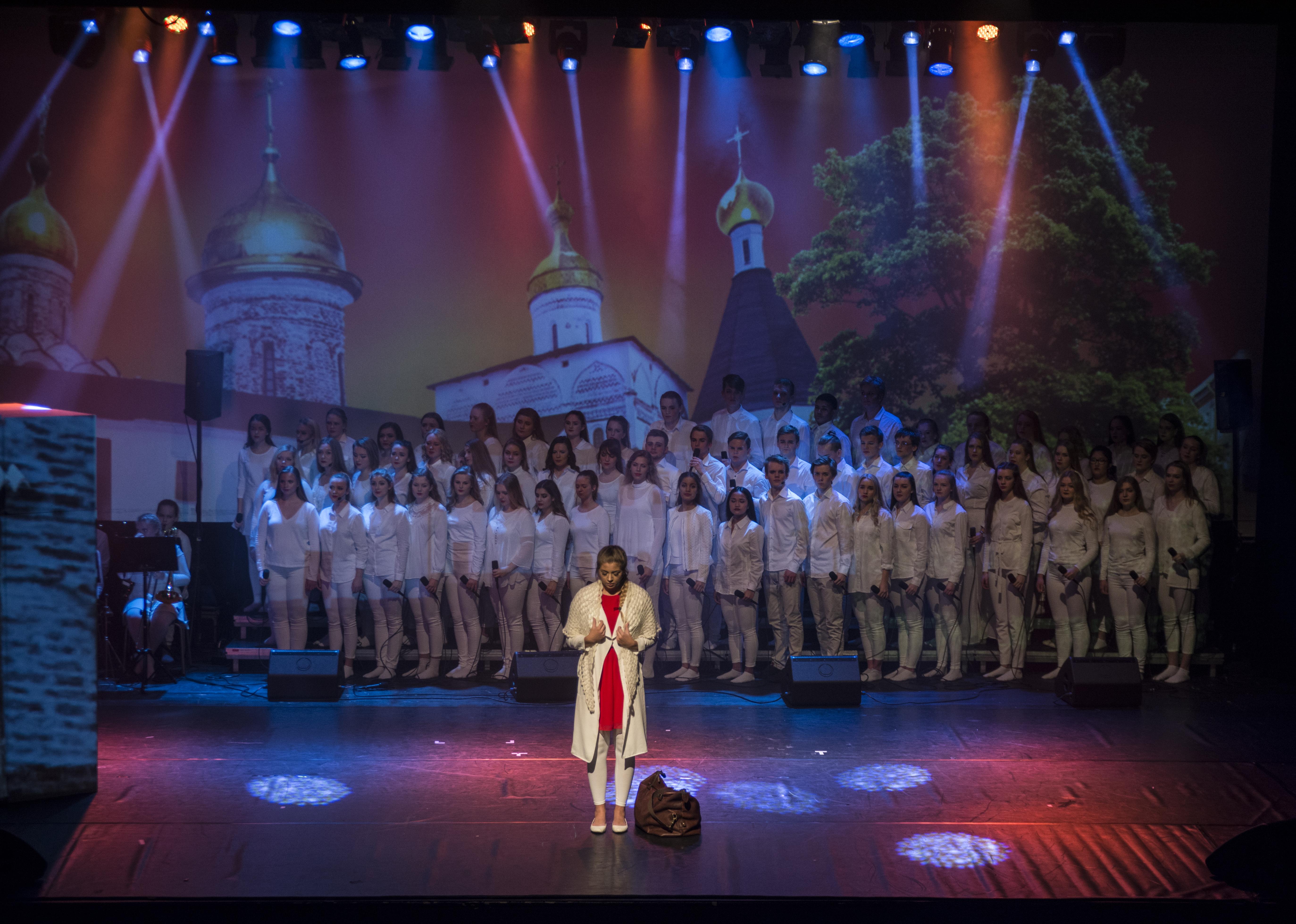 Live Nilsvik med koret i bakgrunn. Foto: Malin Nordby Kvamme