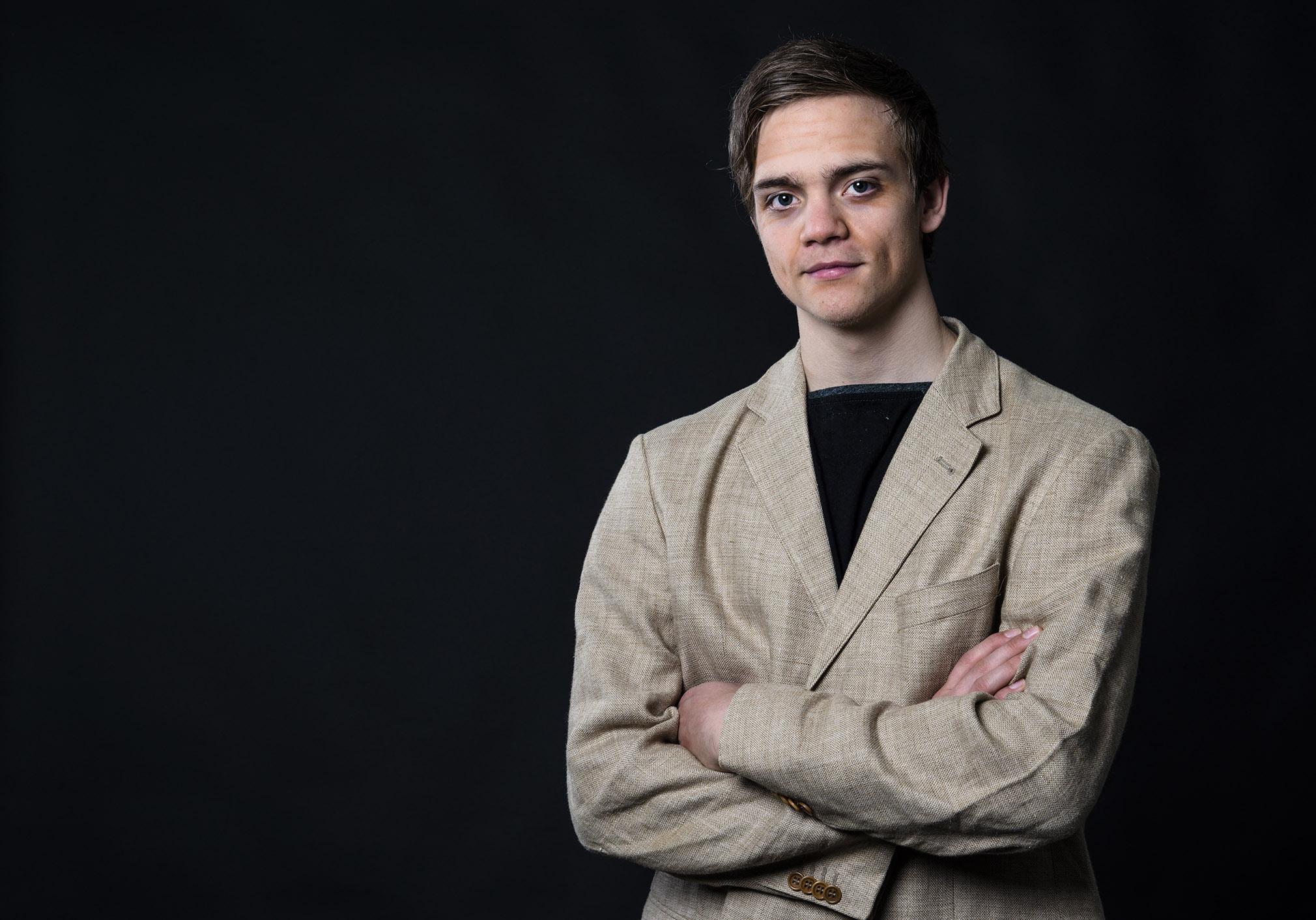 "Ivar Kvalsund Gjuvsland i rolla som ""Bennie"" under fotoshooten til musikalen Goodbye Yellow Brick Road. Foto: Malin Nordby Kvamme"