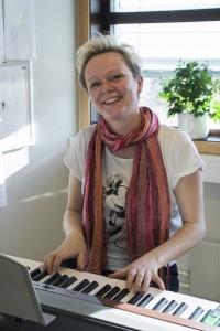 Siv Kristin Aurdal, dirigent for koret, smiler gjerne til kamera. Foto: Martine Leine Rafteseth